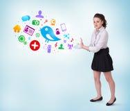 Mulher de negócio nova que apresenta ícones sociais coloridos Imagem de Stock