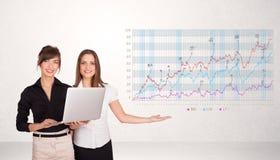 Mulher de negócio nova que apresenta o diagrama do mercado de valores de ação Imagens de Stock Royalty Free