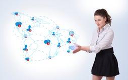 Mulher de negócio nova que apresenta o mapa social ilustração royalty free
