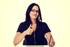 Mulher de negócio nova que escreve e que mostra está bem fotos de stock