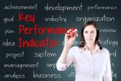 Mulher de negócio nova que escreve o conceito do indicador de desempenho chave (kpi) Fundo para um cartão do convite ou umas feli Imagem de Stock Royalty Free