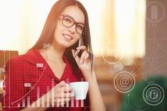 Mulher de negócio nova que fala em um telefone celular Imagem de Stock Royalty Free