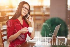 Mulher de negócio nova que fala em um telefone celular Foto de Stock Royalty Free