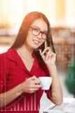 Mulher de negócio nova que fala em um telefone celular Imagens de Stock Royalty Free
