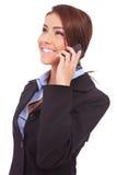 Mulher de negócio nova que fala no móbil Fotografia de Stock