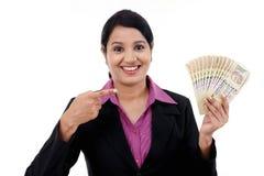 Mulher de negócio nova que guarda notas indianas da moeda Fotografia de Stock