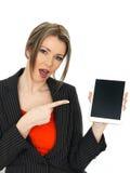 Mulher de negócio nova que guarda uma tabuleta Fotografia de Stock