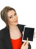 Mulher de negócio nova que guarda uma tabuleta Foto de Stock Royalty Free