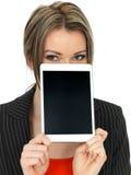 Mulher de negócio nova que guarda uma tabuleta Fotos de Stock Royalty Free