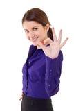 Mulher de negócio nova que indica o sinal aprovado fotografia de stock