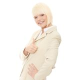 Mulher de negócio nova que mostra o sinal APROVADO Imagens de Stock Royalty Free