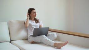 Mulher de negócio nova que olha o laptop em casa Conceito home do trabalho filme