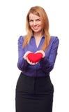 Mulher de negócio nova que prende o coração e o sorriso vermelhos imagem de stock royalty free