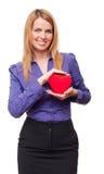 Mulher de negócio nova que prende o coração e o sorriso vermelhos imagens de stock royalty free