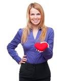 Mulher de negócio nova que prende o coração e o sorriso vermelhos fotografia de stock royalty free