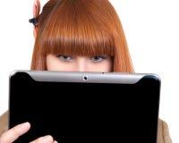 Mulher de negócio nova que presta atenção no PC da tabuleta fotografia de stock royalty free