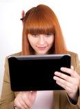 Mulher de negócio nova que presta atenção no PC da tabuleta Imagens de Stock