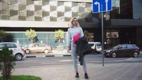 Mulher de negócio nova que procura o trabalho novo na rua da cidade filme