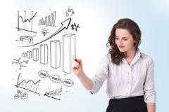 Diagramas novos do desenho da mulher de negócio no whiteboard Fotografia de Stock