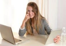 Mulher de negócio nova que trabalha em seu portátil Foto de Stock