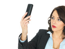 Mulher de negócio nova que usa um telefone Fotografia de Stock