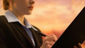 Mulher de negócio nova que verifica o informe anual, estratégia de desenvolvimento da empresa video estoque