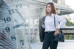 Mulher de negócio nova que verifica o tempo imagem de stock