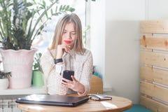 Mulher de negócio nova que verifica o tempo em seu relógio foto de stock