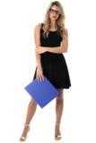 Mulher de negócio nova relaxado que guarda um arquivo de caixa azul do escritório imagem de stock
