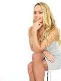 Mulher de negócio nova sensual feliz que veste Mini Dress Fotografia de Stock