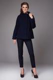 A mulher de negócio nova 'sexy' bonita com lãs vestindo das calças da composição da noite reveste os saltos altos altos das botas Imagens de Stock Royalty Free