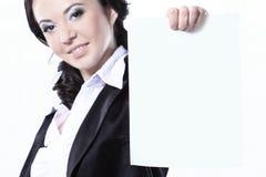 Mulher de negócio nova de sorriso feliz que guarda o cartaz vazio Isolado no branco imagem de stock royalty free