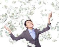 A mulher de negócio olha acima sob a chuva do dinheiro fotografia de stock royalty free