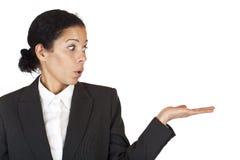 A mulher de negócio olha a palma com espaço do anúncio Fotografia de Stock