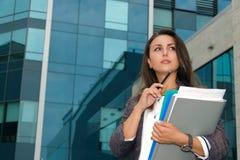 A mulher de negócio olha pensativamente de lado Fotos de Stock