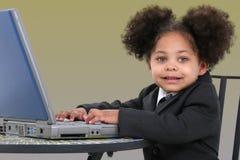 Mulher de negócio pequena bonita que trabalha no portátil Fotografia de Stock Royalty Free