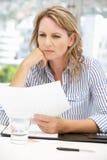 Mulher de negócio preocupada Fotografia de Stock Royalty Free