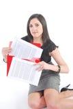 Mulher de negócio que ajoelha-se com papéis Fotos de Stock