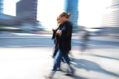 Mulher de negócio que anda abaixo da rua Fotos de Stock