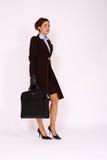Mulher de negócio que anda com uma pasta Imagens de Stock Royalty Free