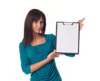 Mulher de negócio que aponta na prancheta vazia Imagem de Stock
