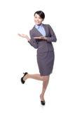 Mulher de negócio que apresenta com espaço da cópia Foto de Stock Royalty Free