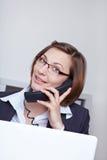 Mulher de negócio que chama o cliente Foto de Stock