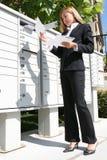 Mulher de negócio que começ o correio Fotos de Stock