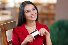 Mulher de negócio que compra em linha Fotos de Stock Royalty Free