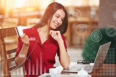 Mulher de negócio que compra em linha Fotografia de Stock Royalty Free