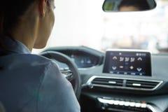 Mulher de negócio que conduz seu carro novo Fotos de Stock Royalty Free
