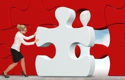 Mulher de negócio que constrói um enigma em um fundo do céu Foto de Stock Royalty Free