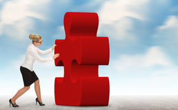 Mulher de negócio que constrói um enigma em um fundo do céu Fotos de Stock