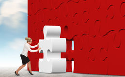 Mulher de negócio que constrói um enigma em um fundo do céu Imagens de Stock Royalty Free